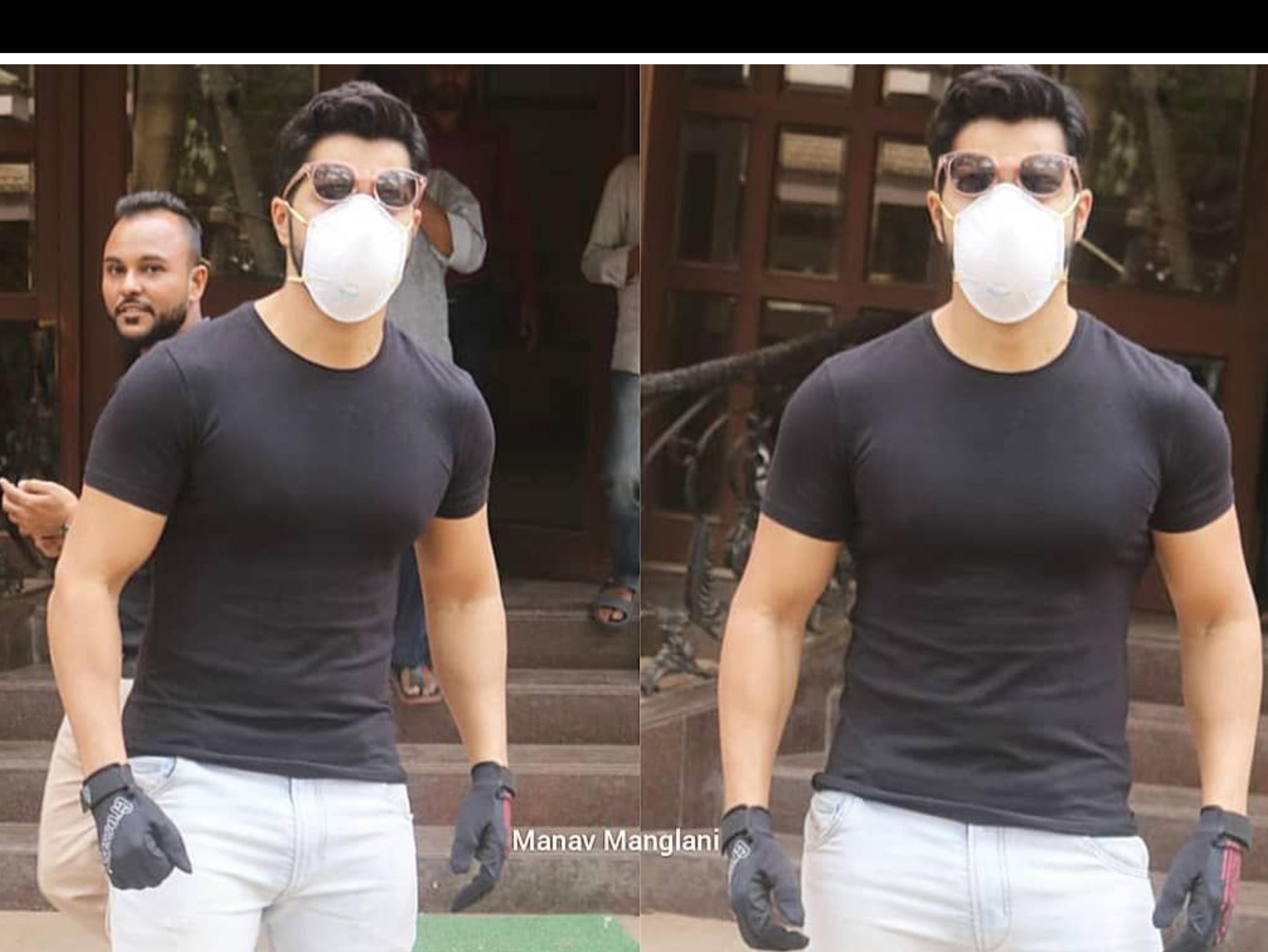 वरुण धवन भी कोरोनावायरस के डर से मास्क पहनकर घूम रहे हैं। हाल ही में उन्हें मुंबई में स्पॉट किया गया है जहां वो मास्क और ग्लव्स पहने दिख रहे हैं।  (फोटो क्रेडिट- मानव मंगलानी)