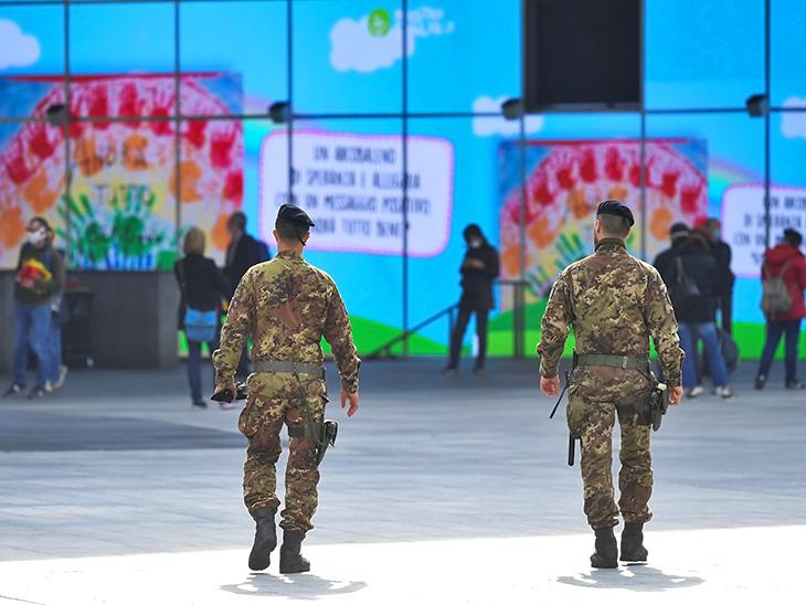 तस्वीर इटली के मिलान की है। यहां लोगों को हटाने के लिए सेना तैनात की गई है। - Dainik Bhaskar
