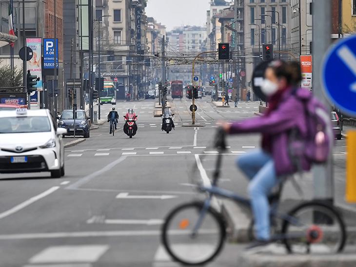 तस्वीर 20 मार्च की है। इटली में कोरोना से सबसे ज्यादा प्रभावित मिलान में लॉकडाउन के बावजूद सड़कों पर ट्रैफिक था।