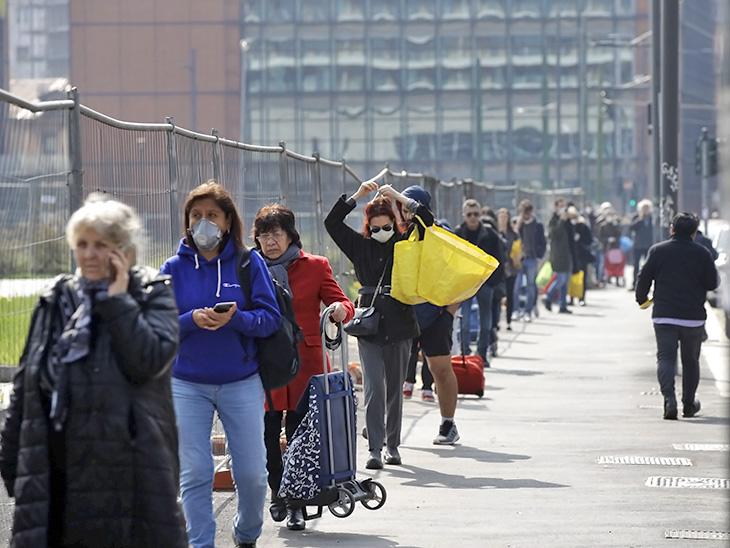 तस्वीर 20 मार्च की है। मिलान में लॉकडाउन के बावजूद लोग सुपर मार्केट में खरीददारी कर रहे थे।