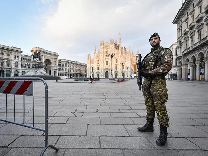 लोगों को रोकने के लिए मिलान के डूओमो स्कॉवयर पर तैनात सेना का जवान।