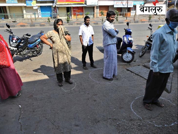 भारत में 21 दिनों के लॉकडाउन के पहले दिन बेंगलुरु में गोल घेरे में खड़े होकर राशन लेने का इंतजार करते ग्राहक।