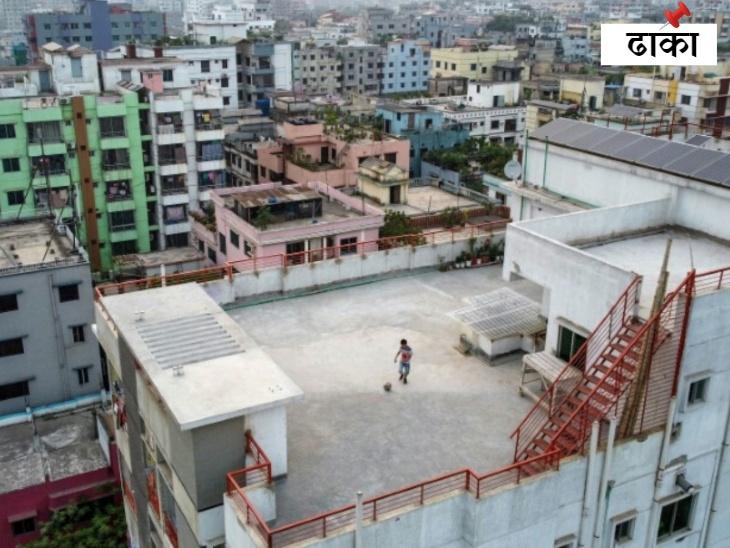 ढाका में लॉकडाउन के बीच नौ साल का सामिन शारा अपने अपार्टमेंट की छत पर अकेले फुटबाल खेलता हुआ।