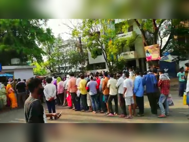 कोरोना रोकने के लिए लोगों ने रोकी सड़क,  कहीं भूखे को खाना खिलाते दिखे लोग|मुंबई,Mumbai - Dainik Bhaskar
