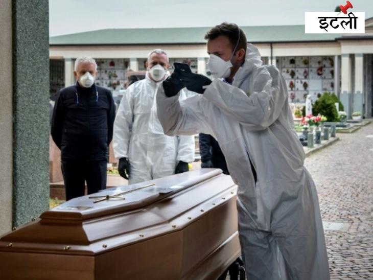 इटली के बर्गामो प्रांत में अंतिम संस्कार सेवा का कर्मचारी, सुरक्षात्मक गियर और कपड़े पहने हुए एक ताबूत की तस्वीरें लेता हुआ। इटली कोरोनावायरस का एपिसेंटर बन चुका है और हालात ऐसे हैं कि अपनों को दफनाने के लिए कोई कब्रिस्तान तक भी नहीं जा रहा।