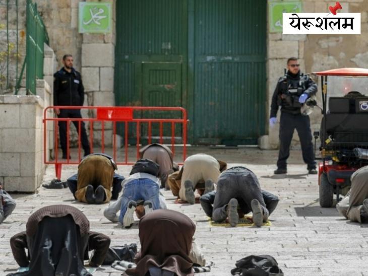 इस्लाम के तीसरे पवित्रतम स्थल, यरूशलम में अल-अक्सा मस्जिद के प्रवेश द्वार के सामने नमाज पढ़ते श्रद्धालु। कोरोना के खतरे के चलते इसे बंद कर दिया गया है।
