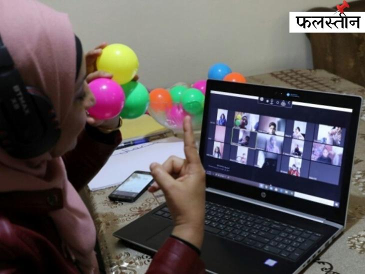 फिलिस्तीनी शिक्षक जिहाद अबू शार स्कूलों के बंद होने के बाद हेब्रोन के पास अपने घर से ऑनलाइन क्लास ले रही हैं।