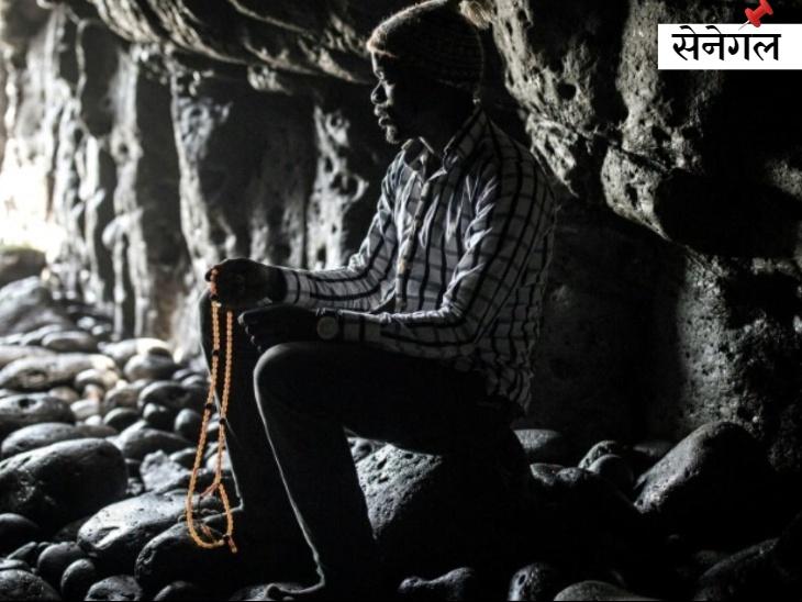 सेनेगल के धार्मिक स्थल लायने ब्रदरहुड अल्माडीज की पवित्र गुफा के लिए होने वाली वार्षिक तीर्थयात्रा को रद्द कर दिया गया है। गुफा के मुहाने पर प्रार्थना करता एक श्रद्धालु।