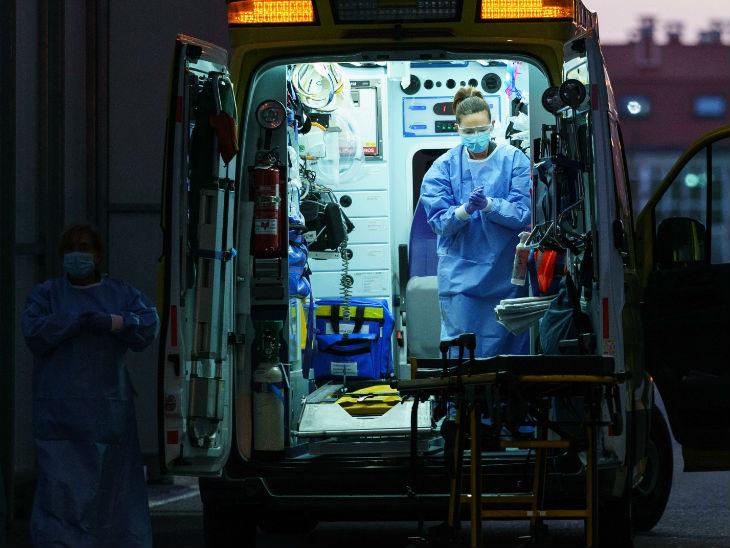 स्पेन के बर्गोस में एक मरीज को अस्पताल पहुंचाने के बाद अपने हाथ सैनिटाइज करती हेल्थ वर्कर। - Dainik Bhaskar