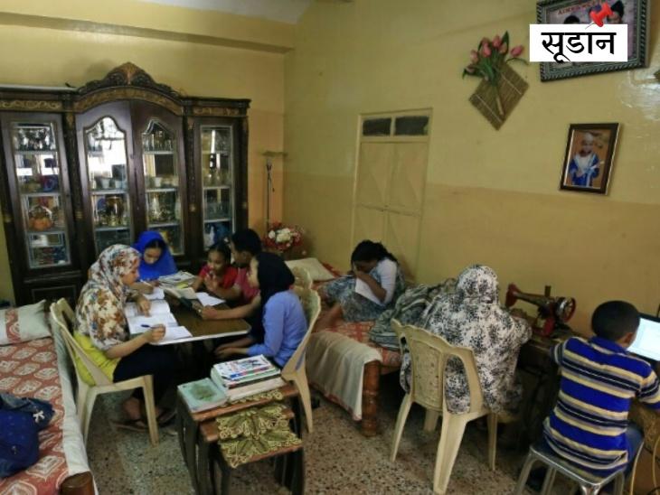 पांच खाने की मेज पर, एक बिस्तर पर और दूसरा कंप्यूटर पर: स्कूलों के बंद होने के बाद सूडान के एक परिवार में होमस्कूलिंग की तस्वीर।