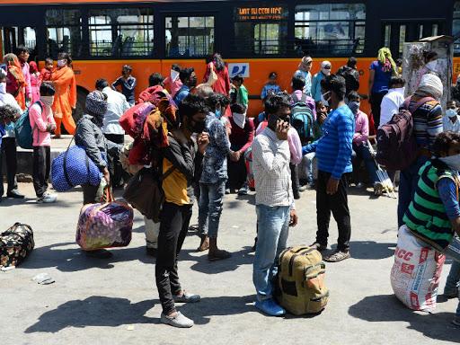 अब तक 1139 मामले: लॉकडाउन में पैदल घर जा रहे लोग, इन्हें खाना-पानी मुहैया कराने की याचिका पर सुप्रीम कोर्ट में आज सुनवाई देश,National - Dainik Bhaskar
