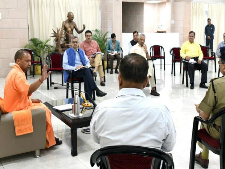 लाॅकडाउन की मुसीबत के बीच योगी ने अधिकारियों के साथ की बैठक, कहा- दूसरे राज्यों के कामगारों की हिफाजत करना भी हमारी जिम्मेदारी|लखनऊ,Lucknow - Dainik Bhaskar