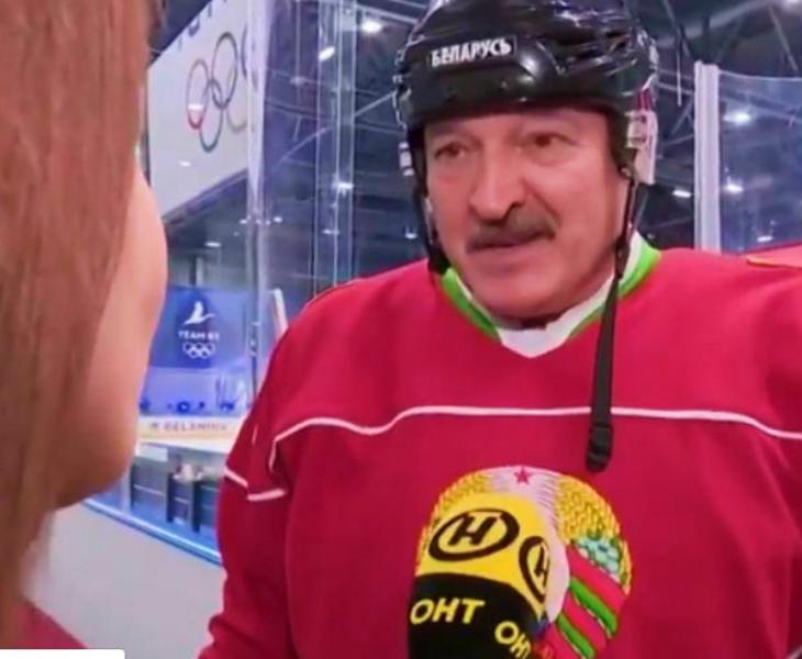 शनिवार को आइस हॉकी मैच के बाद इंटरव्यू देते बेलारूस के राष्ट्रपति अलेक्जेंडर लुकाशेंको। - Dainik Bhaskar