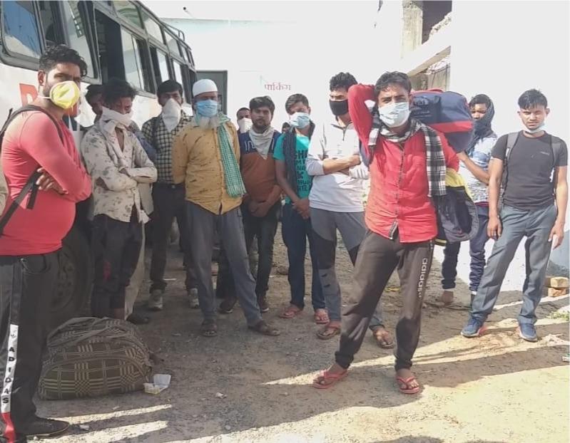 महाराष्ट्र से आए मजदूरों को सोमवार को सिवनी में घुसने नहीं दिया गया। - Dainik Bhaskar
