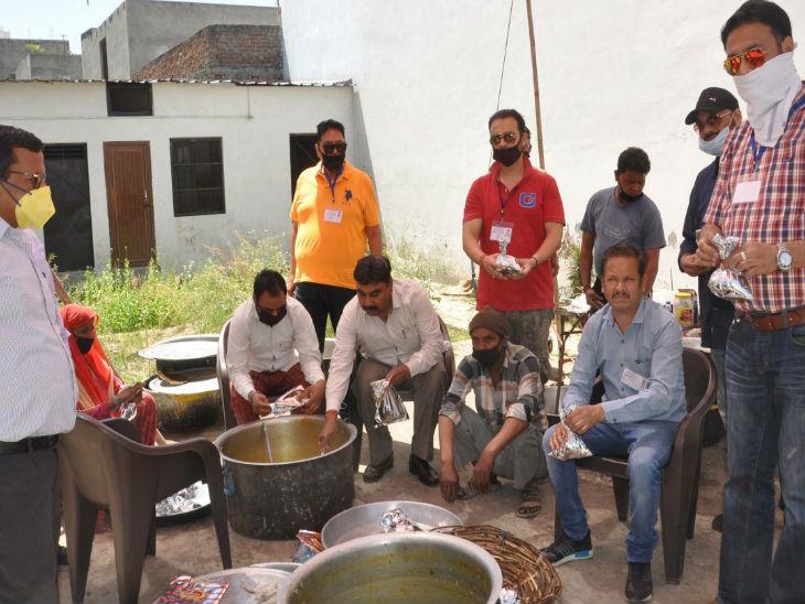 सहारनपुर में जमातियों के साथ नमाज पढ़ने के लिए लोग एकत्र हुए थे। पुलिस ने कहा कि अगर इस तरह की कोशिश दोबारा होगी तो लोगों केखिलाफ कड़ी कार्रवाई की जाएगी। - Dainik Bhaskar