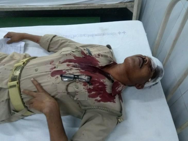 कन्नौज में नमाज के लिए जुटे लोगों को रोकने गए पुलिसकर्मी पथराव हुआ, इसमें इंस्पेक्टर समेत 3 जख्मी हो गए।