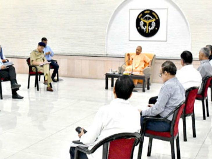 सीएम योगी आदित्यनाथ की बैठकों में सोशल डिस्टेंसिंग का ध्यान रखा जाता है।