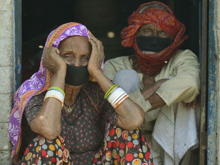 लॉकडाउन के कारण सब घरों में कैद हैं। दिल्ली की एक झुग्गी में बैठे ये पति-पत्नी शायद सोच रहे हैं कि ये मुश्किल के दिन कब बीतेंगे।