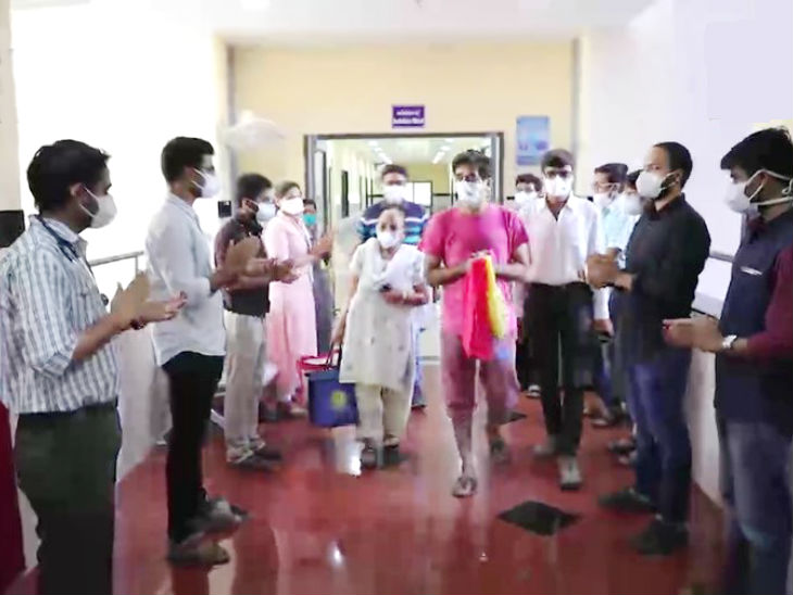 राजकोट सिविल अस्पताल से कोरोना का इलाज कराने के बाद ठीक होकर घर जाती एक मां और उनका बेटा। इस दौरान अस्पताल के स्टाफ ने ताली बाजाकर उनका स्वागत किया।