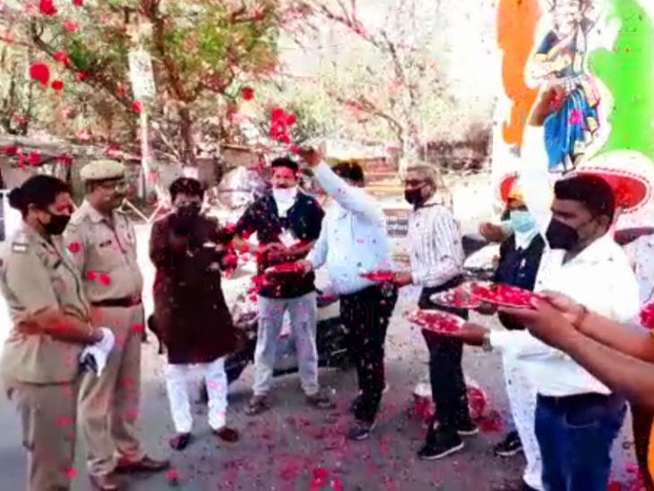 झांसी में व्यापारियों ने पुलिसकर्मियों पर फूल बरसाकर उनका मान बढ़ाया।