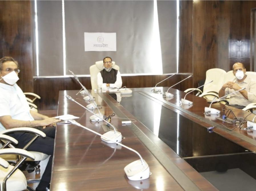 शिवराज सिंह चौहान कोरोना की रोकथाम के इंतजामों की समीक्षा के लिए हर दिन प्रदेश के शीर्ष अधिकारियों के साथ बैठक कर रहे हैं। - Dainik Bhaskar