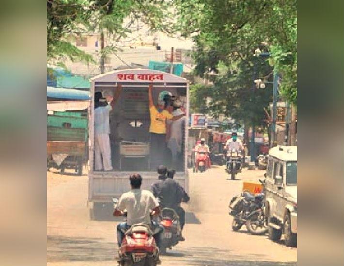 मंगलवार को जनाजा लुनियापुरा कब्रिस्तान ले जाता शव वाहन। - Dainik Bhaskar