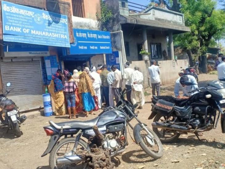मुक्ताईनगर में बैंक के बाहर पैसे निकालने वालों की भीड़ नजर आई।
