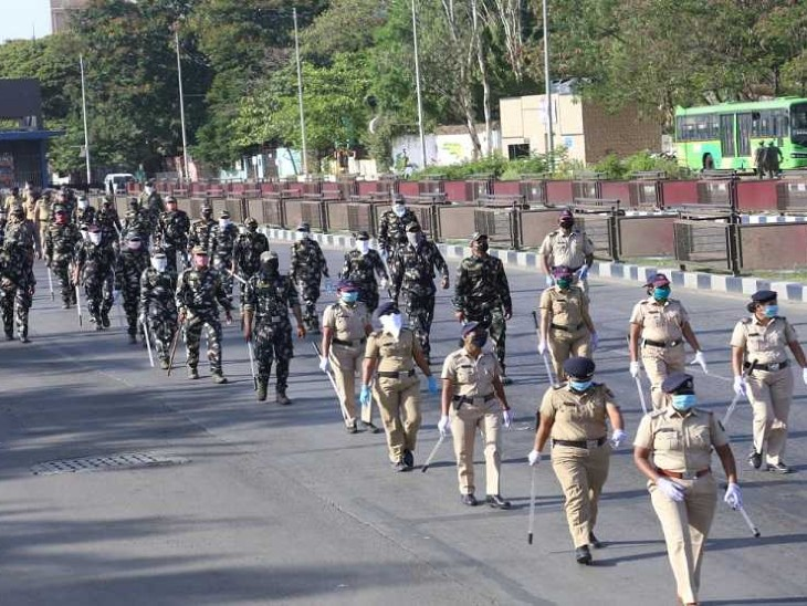 पुणे के कात्रज इलाके में पुलिस ने बुधवार सुबह फ्लैग मार्च किया।