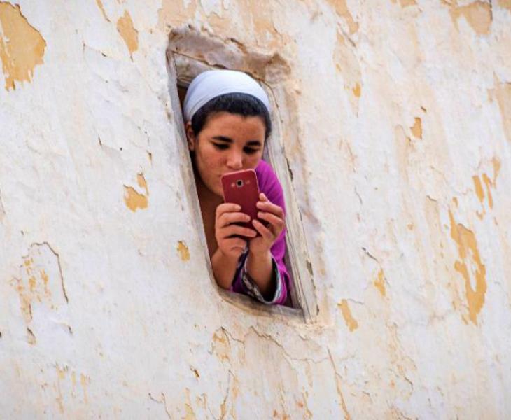 मोरक्को में भी लॉकडाउन है। सड़कों पर सन्नाटा है। हालांकि, सरकार जरूरी सामानों की आपूर्ति सुनिश्चित कर रही है। लोगों को घरों से निकलने की इजाजत नहीं है। ऐसे में शुक्रवार को राजधानी रबात से यह तस्वीर सामने आई। एक महिला घर की खिड़की से झांकती हुई।