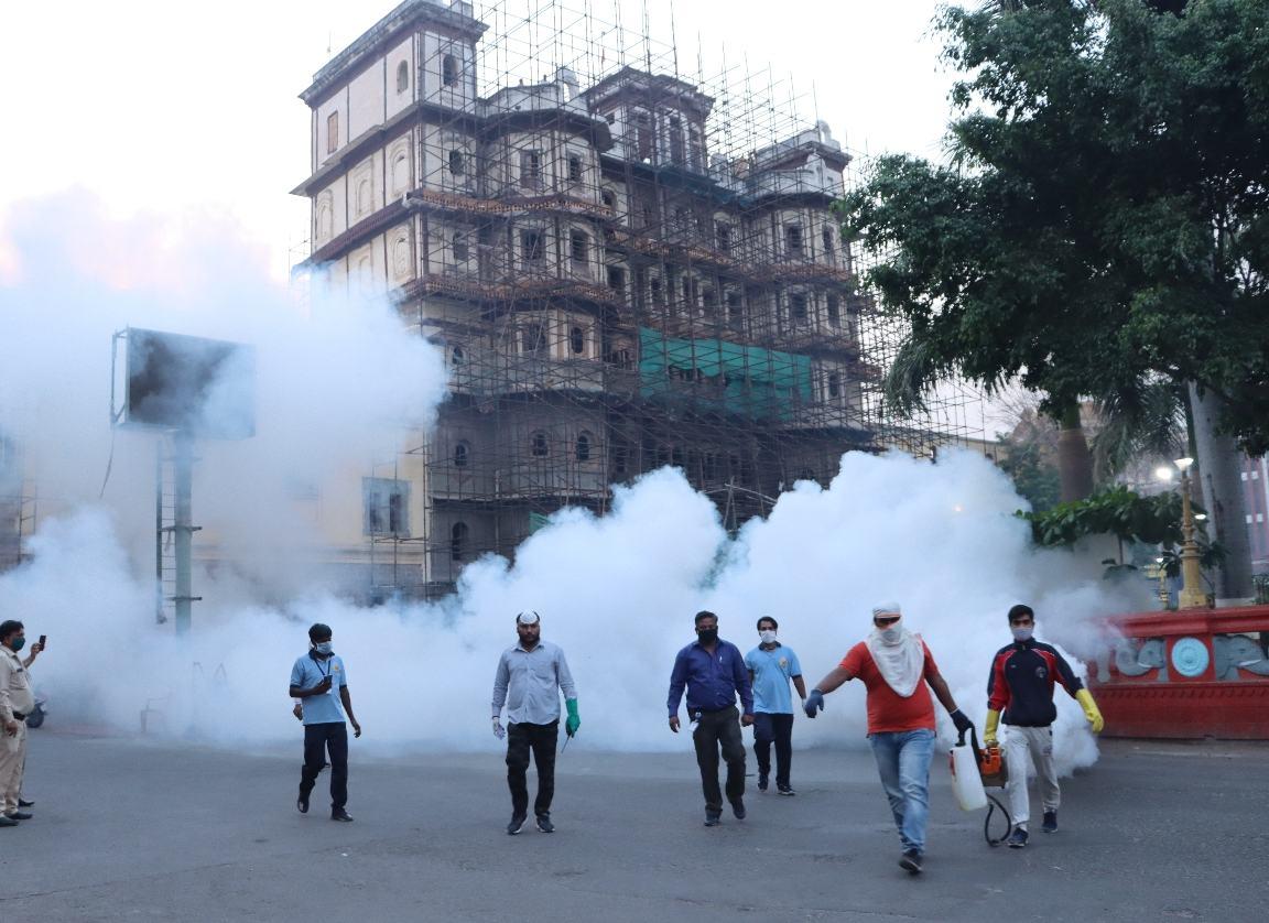 लाॅकडाउन के चलते पूरे शहर मे मच्छरों की तादाद बढ़ने से नगर निगम संक्रमित क्षेत्रों को सैनिटाइज करवाने के साथ ही जोनवार दवा का छिड़काव करवा रही है। - Dainik Bhaskar