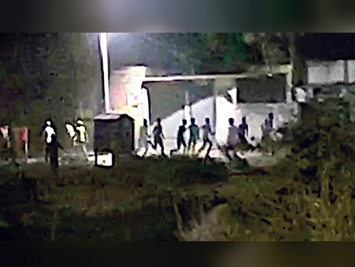 भागलपुर में शब-ए-बारात के सामूहिक फातिहा से रोका तो पुलिस पर फायरिंग, होमगार्ड का एक जवान चोटिल भागलपुर,Bhagalpur - Dainik Bhaskar