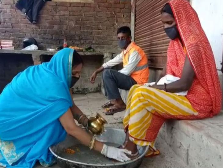 कोरोना वॉरियर्स सफाईकर्मियों के पैर धोए, फूलों की बरसात कर सुरक्षा किट दी, कहा- आप पर हमें गर्व उत्तरप्रदेश,Uttar Pradesh - Dainik Bhaskar