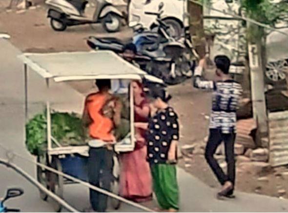 कंटेनमेंट में सब्जी वाला बेखौफ आया। लोग बगैर मास्क सब्जी लेने पहुंचे। - Dainik Bhaskar