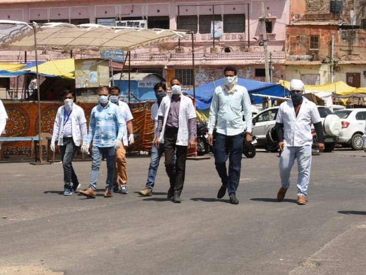 जयपुर में रामगंज के पास बड़ी चौपड़ पर स्वास्थ्य विभाग ने कैंप लगाया है। यहां हर वक्त मेडिकल विभाग की टीम जांच के लिए मौजूद रहती है। - Dainik Bhaskar
