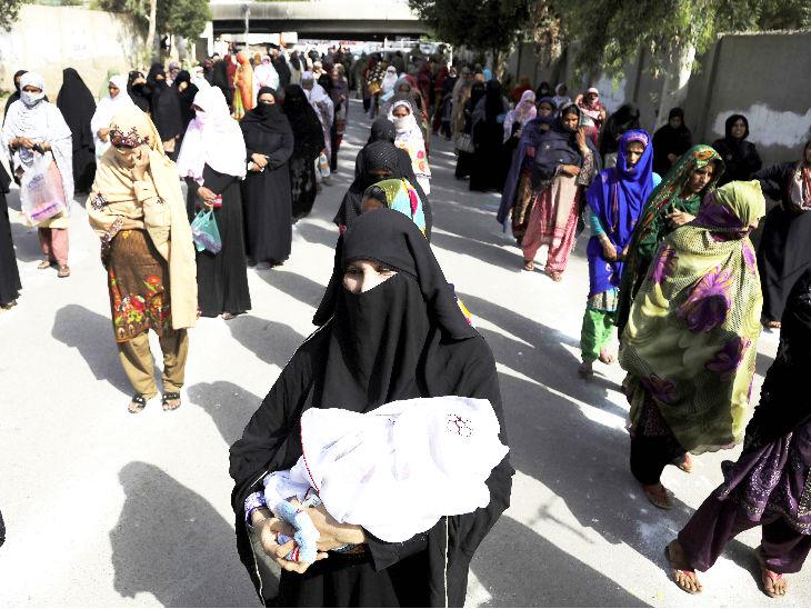 पाकिस्तान: कोरोना के प्रसार को रोकने के लिए देश में लॉकडाउन है। कराची में जरूरतमंद परिवारों को सरकार कुछ कैश दे रही है।