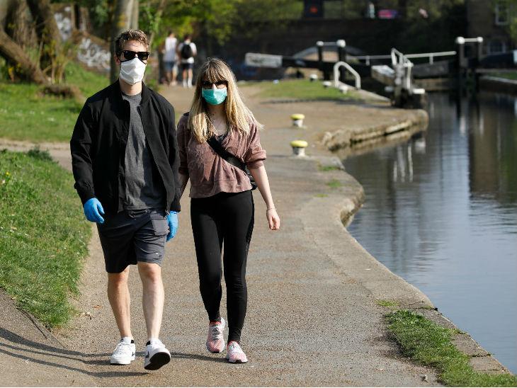 पूर्वी लंदन में रीजेंट कैनाल वॉक पर टहलते लोग। ब्रिटेन में कोरोना संक्रमण से 9 हजार 875 लोगों की मौत हो चुकी है।