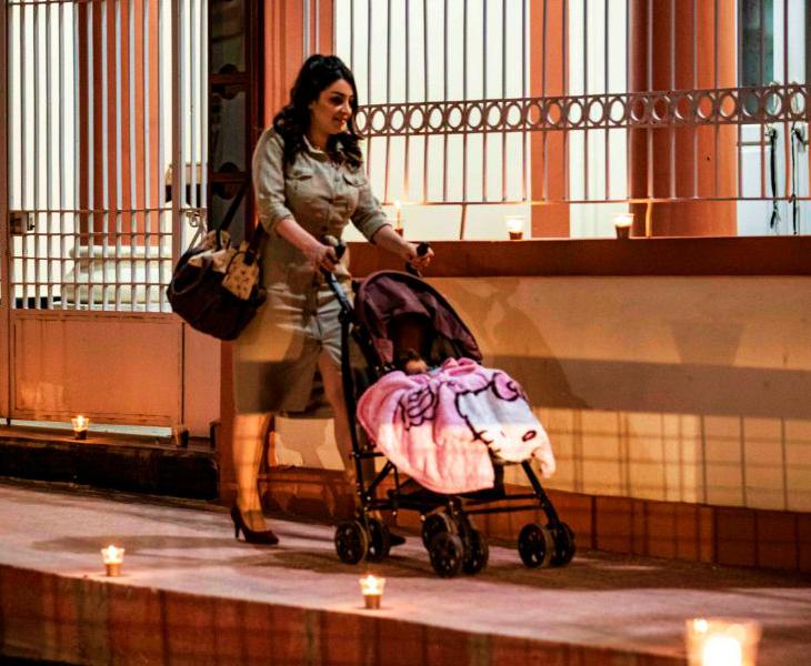सीरिया के कामिशी शहर में रविवार को सूनी सड़क पर स्ट्रॉलर ले जाती महिला। कोरानावायरस के चलते यहां भी ईस्टर फीका ही रहा। सीरिया में पहले ही जंग जैसे हालात हैं।