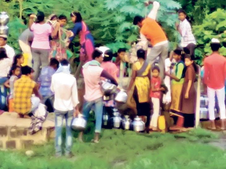 यह तस्वीर अमरावती जिले के मेलघाट की है। यहां पानी का संकट शुरू हो गया है। बुधवार को एक कुआं पर लोग पानी लेने के लिए पहुंचे।