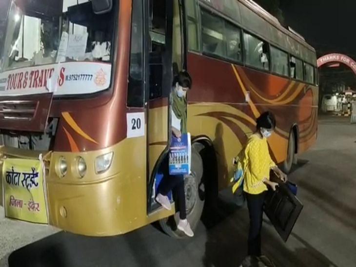 देर रात आगर-मालवा से बच्चों को लेकर इंदौर पहुंची बस।