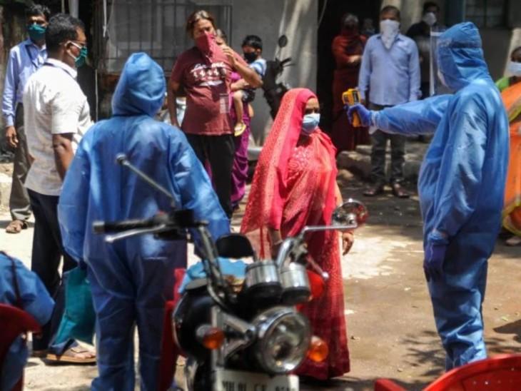 मुंबई के धारावी में एक महिला की स्क्रीनिंग करता हुआ स्वास्थ्य कर्मचारी। यहां अब तक 189 संक्रमित केस सामने आ चुके हैं।