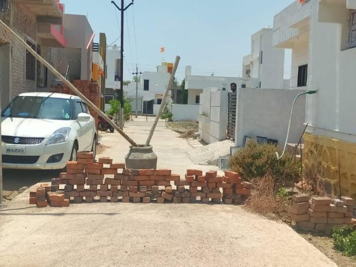 यह तस्वीर जालना की है। यहां कई इलाकों में बाहरी लोग न आ पाए, इसके लिए सड़क को इस तरह से ब्लॉक कर दिया गया।