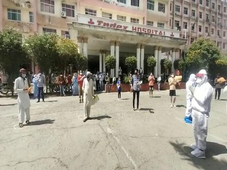 इंडेक्स हॉपिस्टल से एक साथ 25 लोग अपने घर लौटे तो यहां का माहौल खुशनुमा हो गया। - Dainik Bhaskar