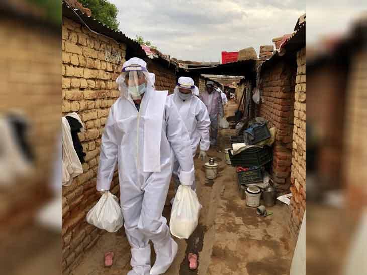 गुरुग्राम के सेक्टर-39 को कंटेनमेंट जोन घोषित कर दिए जाने के बाद वहां राशन की सप्लाई करने पहुंची टीम ने पीपीई किट पहनकर राशन बांटा। - Dainik Bhaskar
