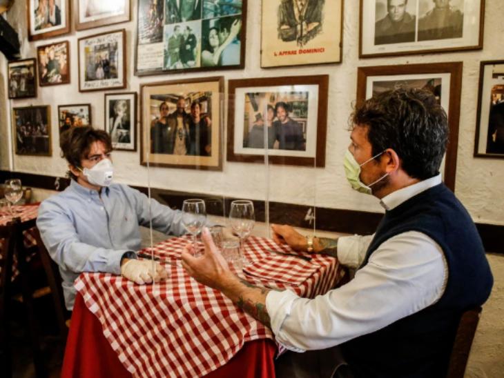 रोम : रेस्तरां और दुकानें खुलने लगी हैं। शहर के कई रेस्तरां में टेबल पर आमने-सामने दो लोगों के बीच कांच की शील्ड लगाई गई ताकि संक्रमण का खतरा न हो। खास बात है कि रेस्तरां आने वाले लोग ग्लव्स और मास्क लगाकर पहुंच रहे हैं।