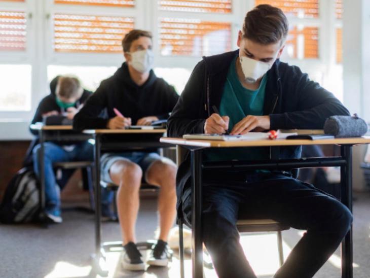 जर्मनी : छात्र स्कूलों में लौट रहे हैं लेकिन इस बार क्लास का नजारा बदला-बदला सा है। एक से दूसरे स्टूडेंट्स के बीच कम से कम 1 मीटर का दायरा बरकरार है और सभी छात्रों ने मास्क लगा रखे हैं।