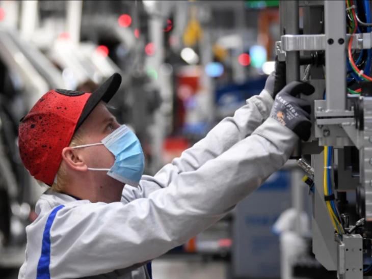 जर्मनी : 23 अप्रैल से ऑटोमोबाइल कंपनी फॉक्सवेगन के प्लांट में कर्मचारी लौटे और प्रोडक्शन शुरू हुआ। इस दौरान संक्रमण से बचाव का ध्यान रखा गया।