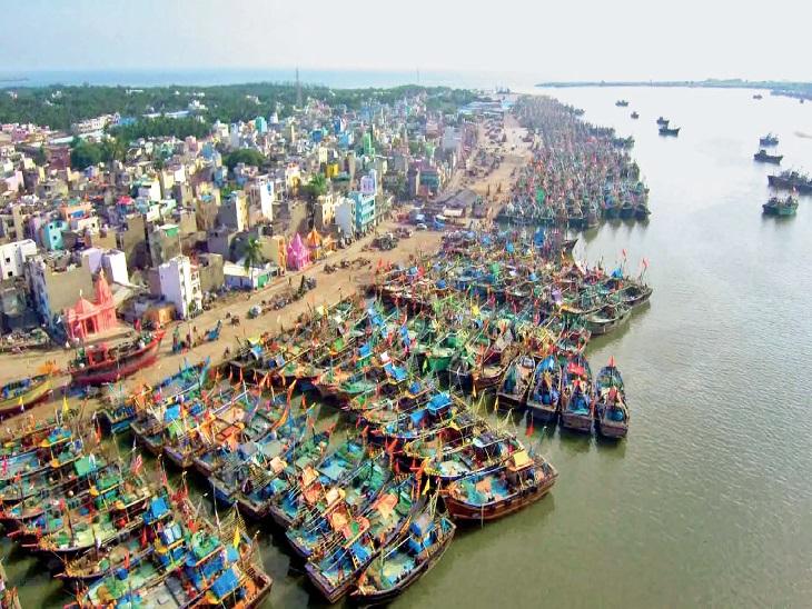 गुजरात के सूरत व दीव में ही करीब 20 हजार बड़ी वाली बोट व 8 हजार छोटी बोट अब भी समुद्र तट (जेटी) पर खड़ी हैं। - Dainik Bhaskar