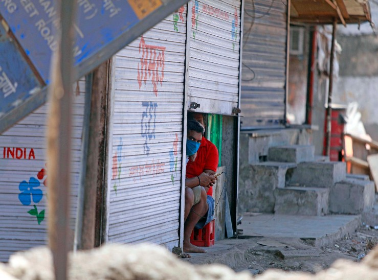 मुंबई में कई इलाकों में हार्ड लॉकडाउन लगा है। इस वजह किराना दुकानों को भी सिर्फ एक से दो घंटे खोलने की मंजूरी दी गई है।
