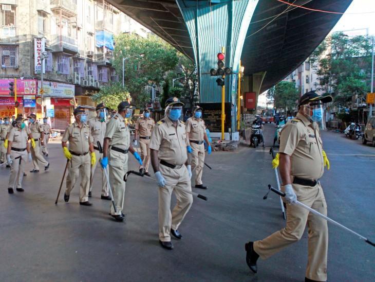 मुंबई पुलिस की एक टीम ने शुक्रवार को मीनार मस्जिद इलाके में पैदल मार्च किया है। शहर के कई इलाकों की ड्रोन से निगरानी हो रही है।