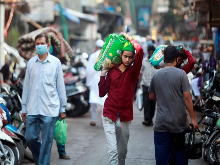 यह तस्वीर धारावी की है। रमजान महीने के पहले शुक्रवार लोगों ने बाजार से जरूरी समान खरीदा। यहां अब तक 200 से ज्यादा संक्रमित मरीज सामने आ चुके हैं।